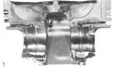Поршень двигателя спортивного автомобиля с трещиной в направлении пальца
